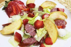 Салат Клубничный рай с сыром моцареллой и охотничьими колбасками