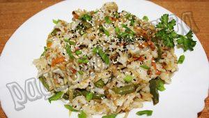Жареная капуста с рисом и тертым имбирем на сковороде