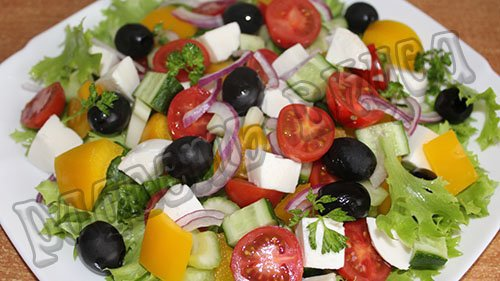 Салат с моцареллой и помидорами черри