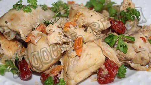 Тушеная курица мультиварке в сметанном соусе с вялеными помидорами
