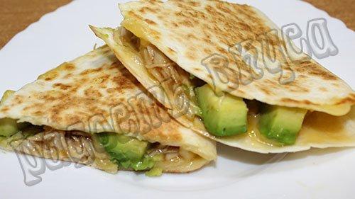 Тортилья с курицей и авокадо с соусом терияки