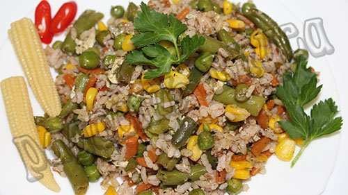 жареный рис с овощами по-китайски с яйцом на сковороде