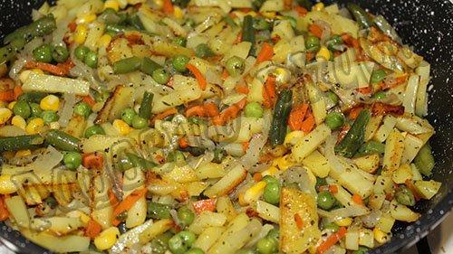 Жаренная картошка с овощами на сковороде