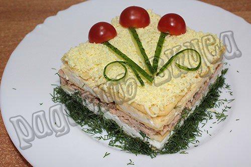 Слоеный салат Нептун, рецепт с крекерами и рыбными консервами