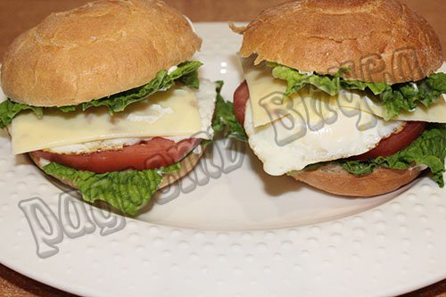 Яичница в булочке на завтрак или гамбургер по-домашнему