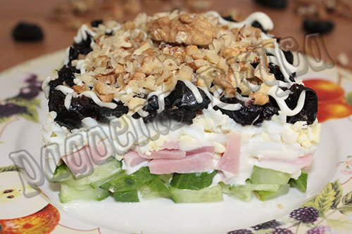 классический салат дамский каприз с ветчиной и черносливом