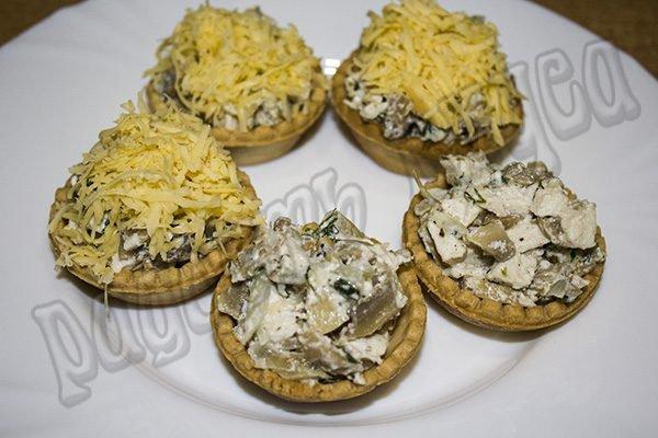 Тарталетки с курицей грибами и сыром