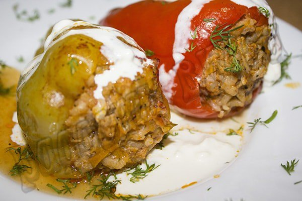 Перец фаршированный мясом и рисом - рецепт с томатным соусом