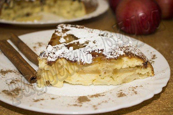Вкусная шарлотка с яблоками в мультиварке