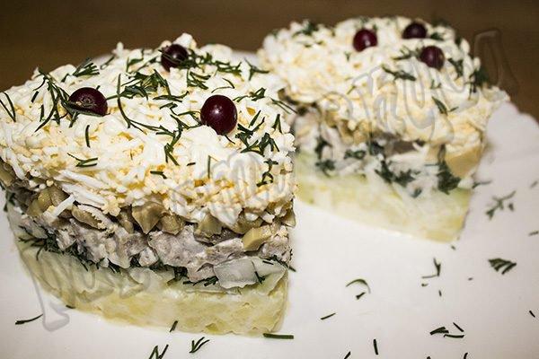 Салат с маринованным луком, грибами и мясом