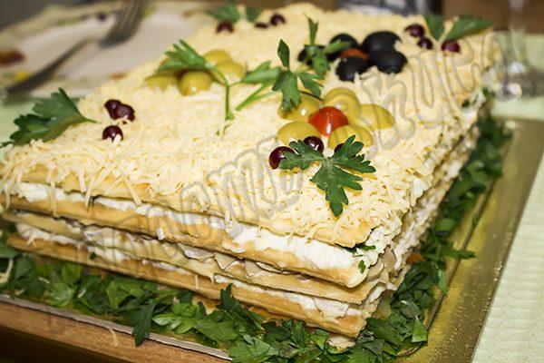 Праздничный слоеный салат на коржах с курицей