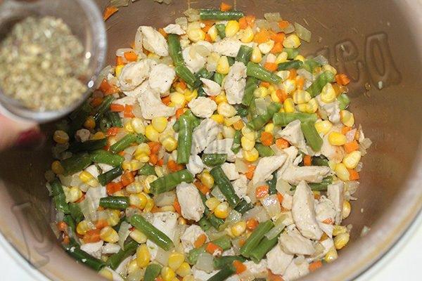 Рис с курицей, фасолью и кукурузой в мультиварке