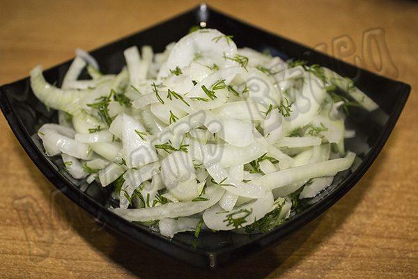 Простой салат из красной капусты с маринованным луком