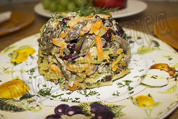 Салат с печенью и фасолью