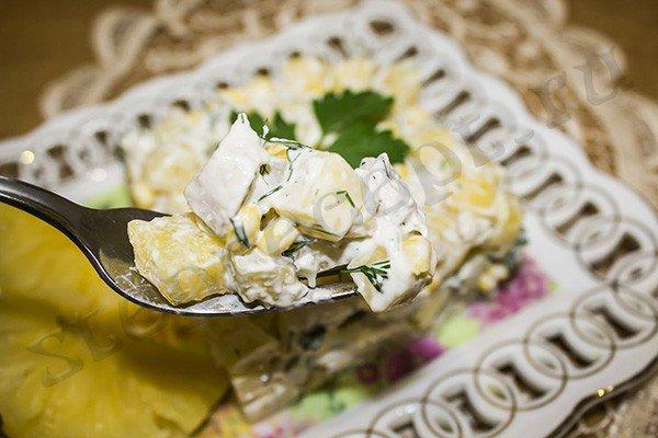 Легкий салат с курицей и ананасами