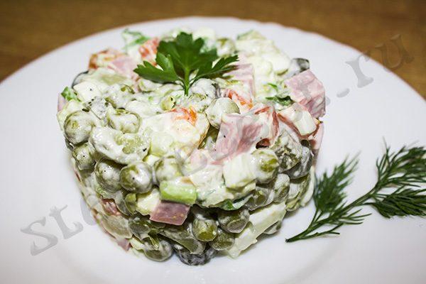 Оливье с солеными огурцами и колбасой