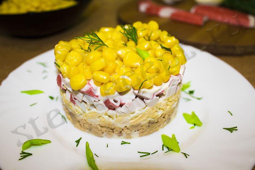 Салат с крабовыми палочками и рыбной консервой