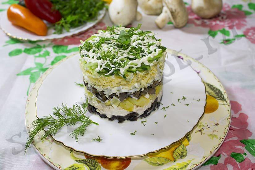 Салат курица с черносливом и свежим огурцом
