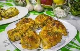Куриные бедрышки с яблоками в духовке