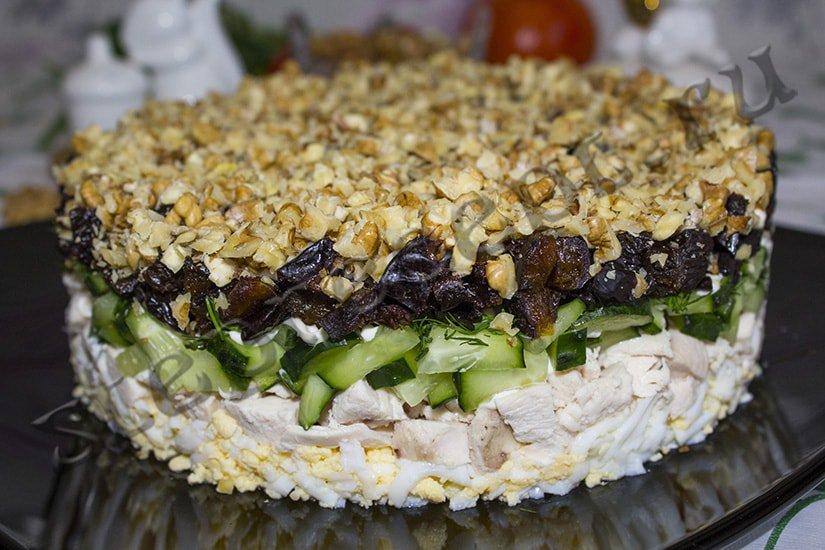Завершительным слоем салат из курицы, чернослива по рецепту станут желтки, которые также обильно поливают соусом.