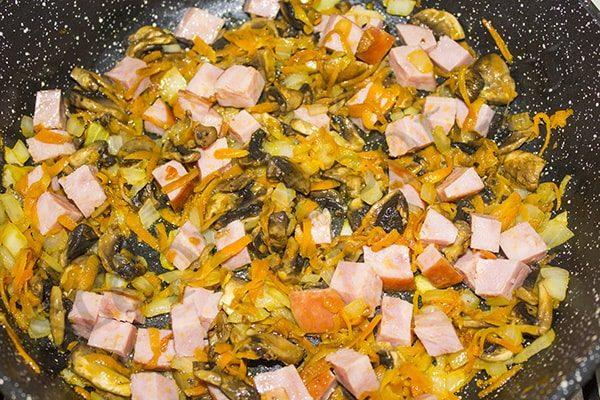 Суп солянка с грибами и ветчиной