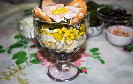 Порционный салат в бокале из морской капусты с креветками