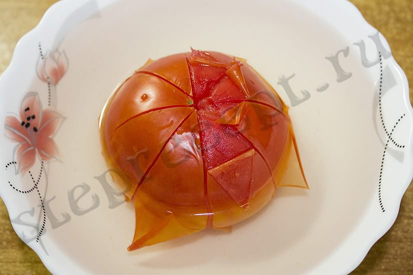 Овощной омлет с кабачками и помидорами на сковороде