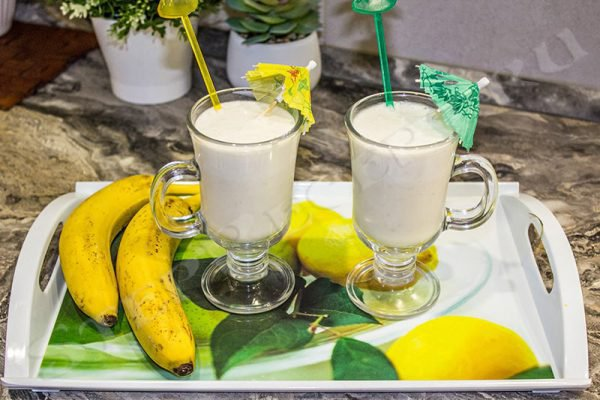 Молочный коктейль с мороженым и бананом