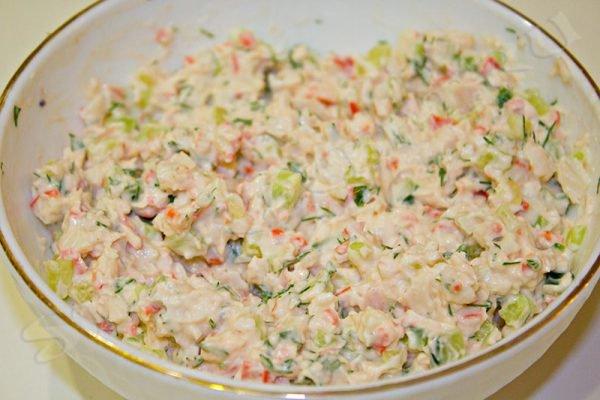 салат в тарталетках с крабовыми палочками