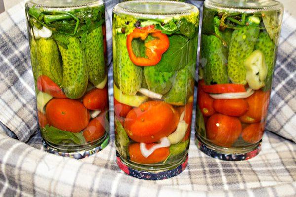 ассорти помидоры и огурцы