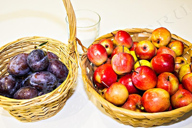очень вкусный компот со сливами и яблоками