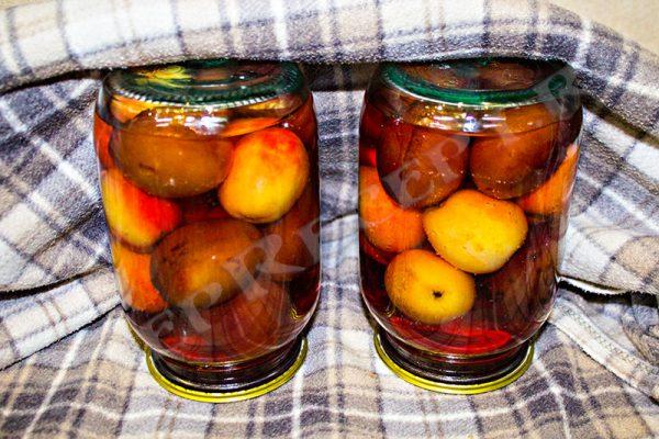 сливово яблочный компот в кастрюле