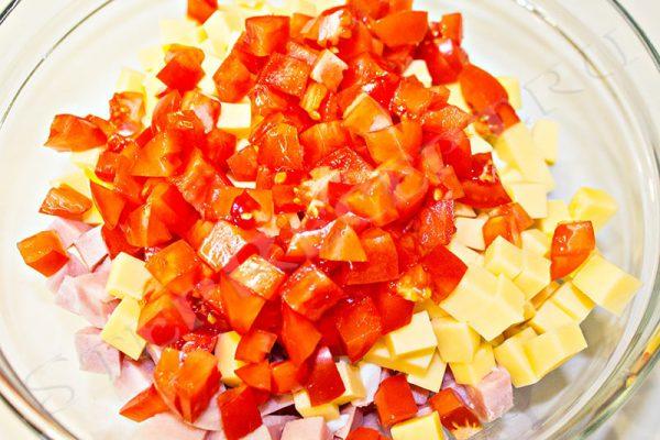 салат фасоль с сухариками и колбасой